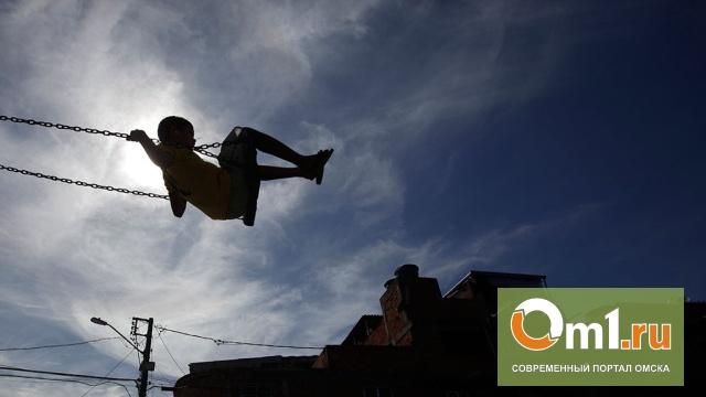 В Омской области 5-летний мальчик погиб, качаясь на качелях