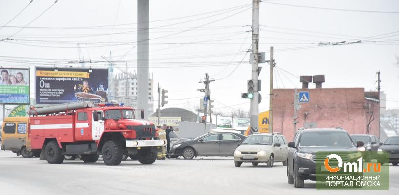 В Омске на Левом берегу произошло ДТП с маршруткой. Образовалась пробка (фото)