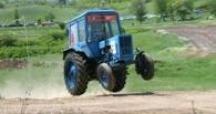 Полицейский на тракторе снес забор жителю омского села
