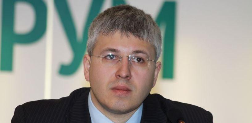 Депутат Саяпин в день праймериз не убрал с омских школ информацию о себе