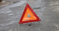 В Омске нетрезвый водитель иномарки врезался в припаркованный автомобиль