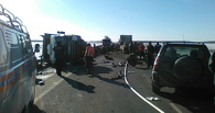Выпавшие из грузовика колесные пары поезда стали причиной массового ДТП под Омском
