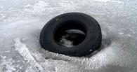 Омичи ныряли в ледяную воду, чтобы вытащить утонувшую иномарку