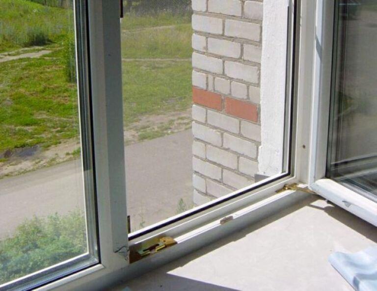 Полуторагодовалая девочка выпала из окна 4 этажа в Омске