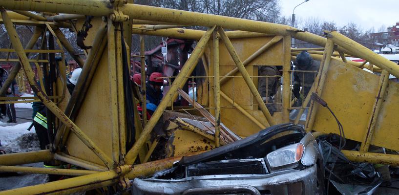 Башенный кран на улице Жукова в Омске упал из-за неисправного тормоза