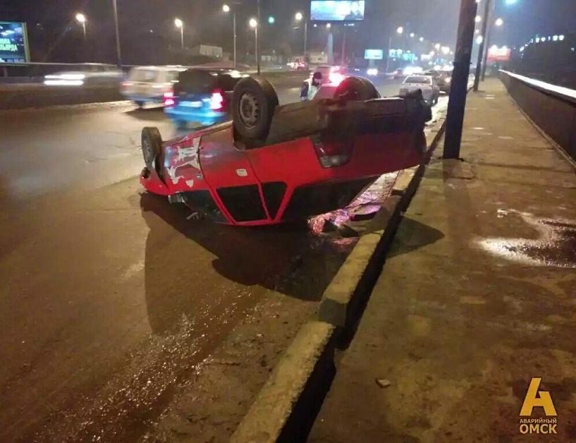 На мосту в центре Омска перевернулась Daewoo Nexia