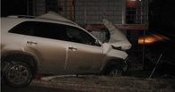 В Омской области пьяный водитель въехал в будку на ж/д переезде