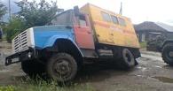 В Омске в яму на дороге провалилась аварийная машина