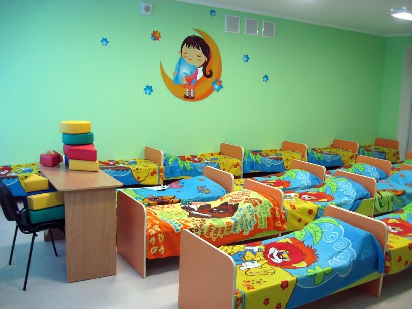 Власти Омской области обещают повысить зарплату воспитателей и сократить очередь в детских садах
