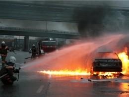В Омске подожгли «семерку», припаркованную под мостом у Биофабрики