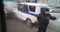 Напротив здания мэрии Омска столкнулись легковушка и машина полиции - ФОТО
