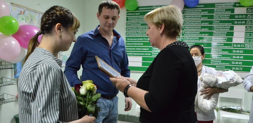 Омичка – мама первой тройни юбилейного года – получила денежный сертификат