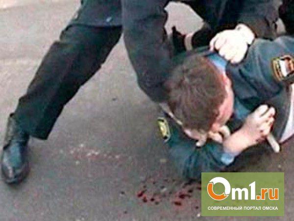В Омске госслужащие избили полицейского