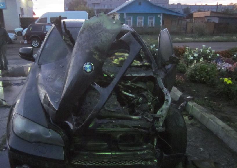 Омич сжег BMW-X6, мстя за ссору