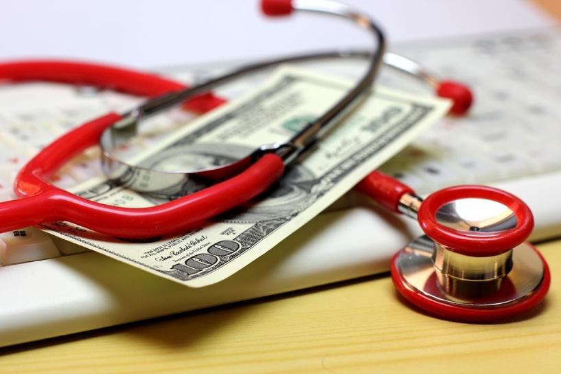 В Омске хотят запретить поликлиникам лечить пациентов за деньги