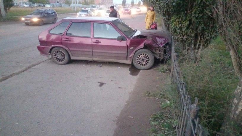 В Омске водитель сбил пешехода, врезался во встречный автомобиль и скрылся