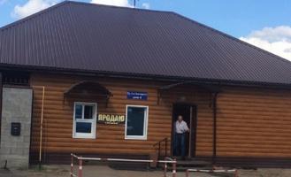 Омичка держит нелегальный алкогольный магазин с аптечными витринами