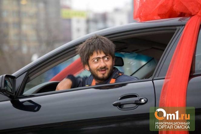 В Омске гастарбайтеры без прав возили пассажиров