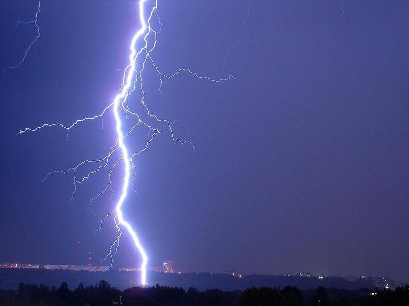 В Омской области двоих детей ударила молния