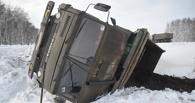 Под Омском груженый «КамАЗ» вылетел с трассы и опрокинулся в кювет (фото)