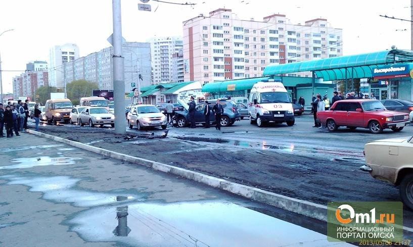 В Омске 9 мая напротив «НоваТора» лоб-в-лоб столкнулись 2 иномарки(ВИДЕО)
