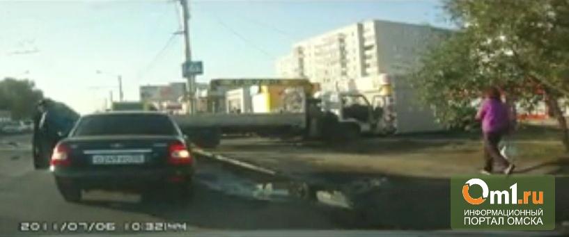 Появилось видео массового ДТП в Омске: эвакуатор снес Honda Fit