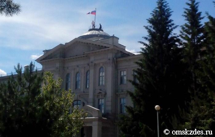 Омич устроил пикет на крыше Заксобрания