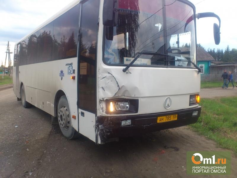В Омской области пассажирский автобус врезался в «Волгу»