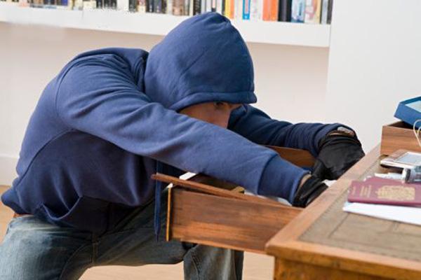 Полицейские вернули омичу похищенные электроинструменты и телефон