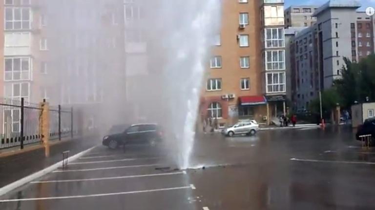 Гейзер на улице Волочаевской — результат испытания тепловых систем в Омске