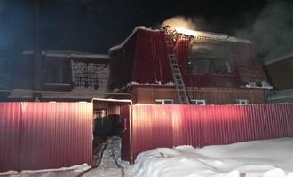 В частном секторе Омска сгорел двухквартирный дом