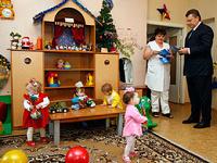 Янукович упростит процедуру усыновления детей иностранцами