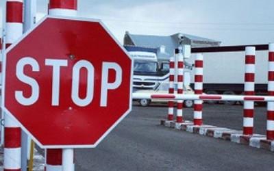 В Омске таможенник за взятку помогал ввозить в Россию китайские грузовики
