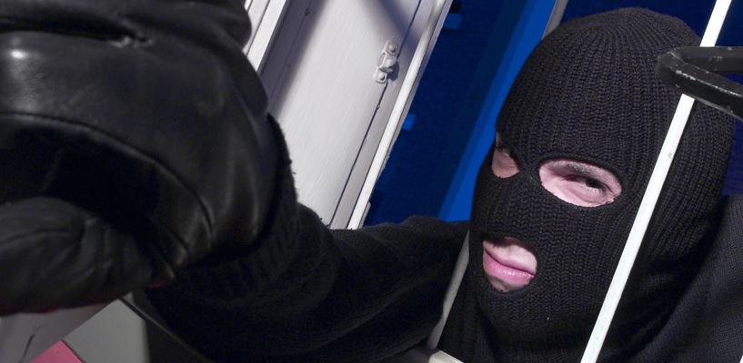 Двое мужчин, вооруженных и в масках, напали на водителя на трассе под Омском