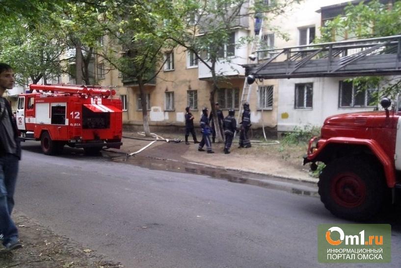 В Омске из горящей пятиэтажки эвакуировали 10 человек: есть пострадавшие