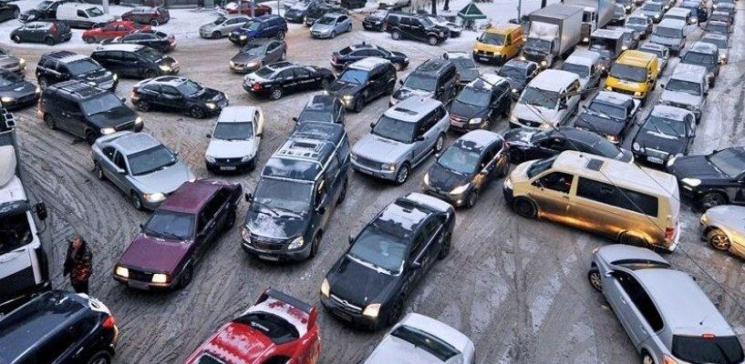 Первый рабочий день в Омске начался с километровых пробок на дорогах