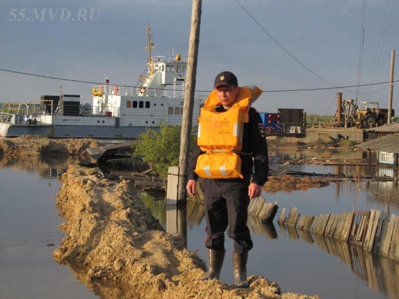 Омские полицейские охраняют затопленные села от мародеров