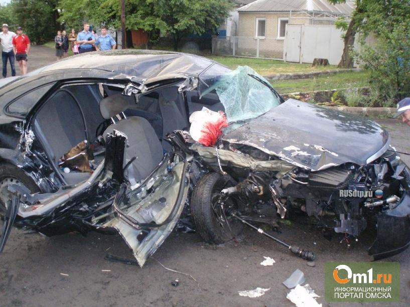 В Омске из-за ямы на дороге столкнулись Chevrolet и Land Cruiser: погибли два человека