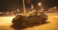 В Омске на Волгоградской Nissan столкнулся с фурой. Пострадала пенсионерка