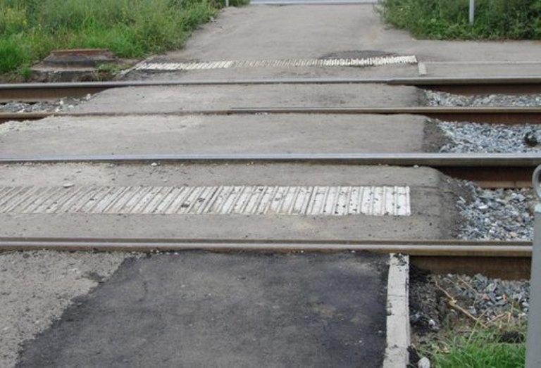 В Омске тактильную плитку уложили между трамвайными рельсами
