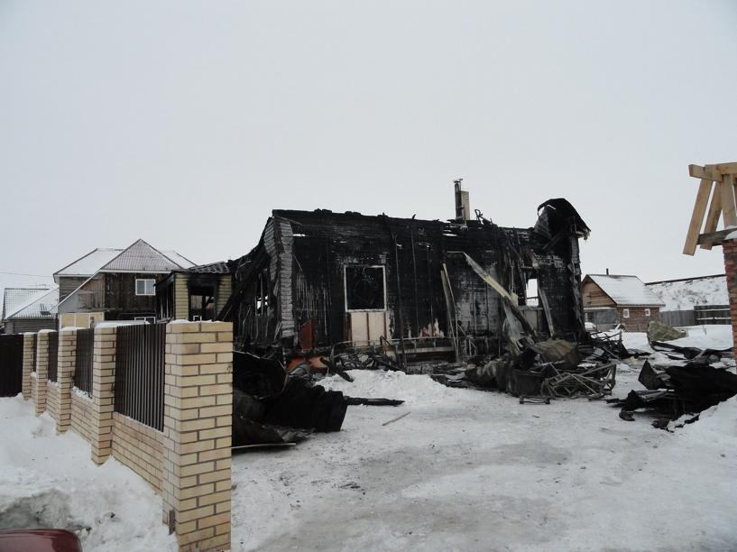 Семья, дом которой полностью уничтожил пожар, просит помощи у омичей