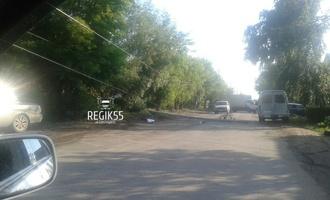 В Омске микроавтобус снёс фонарный столб и заблокировал движение на улице Воровского