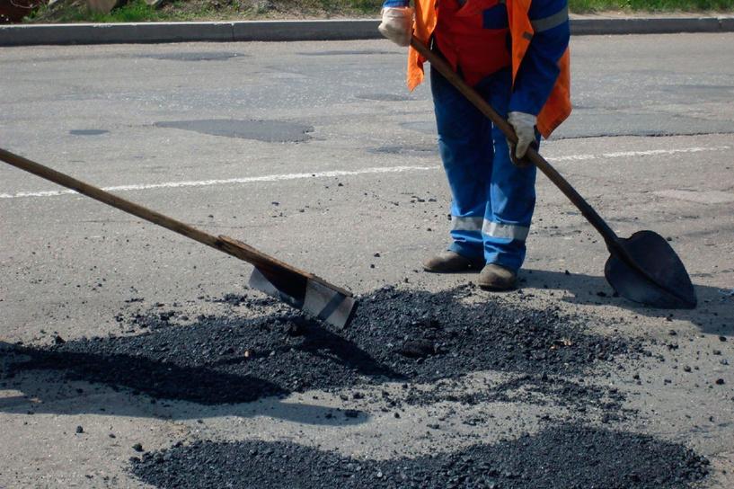 Откуда берутся ямы: в Омске «аварийно-восстановили» 254 дороги