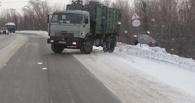 Омские полицейские КамАЗом вытаскивали автоледи из сугроба
