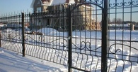 В Омской области приставы арестовали металлический забор