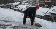 В центре Омска разбился мужчина, решивший почистить снег на крыше частного дома