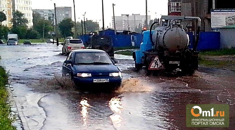 """В Омске затопило дорогу возле """"Кристалла"""""""