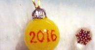 Омский микроминиатюрист создал новогодний шар размером с рисовое зернышко