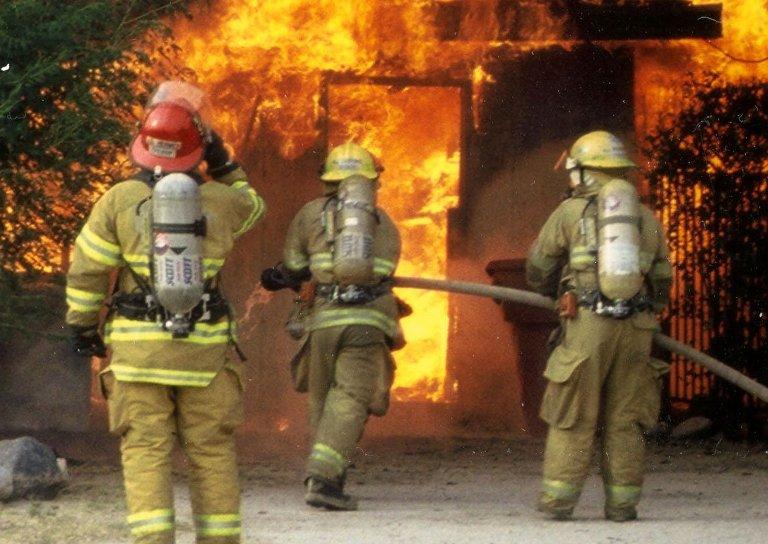 Ночной пожар в омской пятиэтажке унес жизнь одного человека