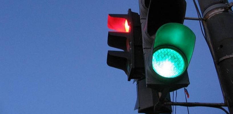 В Омске на перекрестке бульвар Архитекторов — проспект Комарова поставили трехфазных светофор